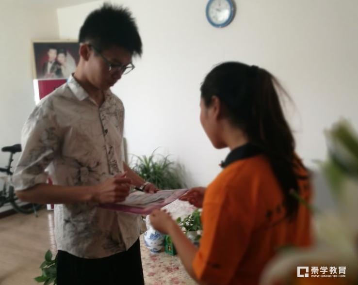 7月17日咸阳市第一封录取通知书送至考生手中,宁昱诚同学以691分高分被清华大学提前批录取!