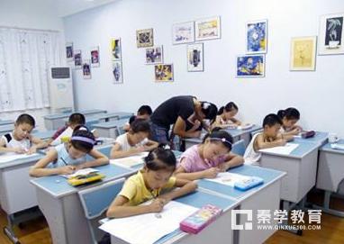 国家禁止学校给学生补课,如今家长面对校外辅导班不堪重负,谁之过?