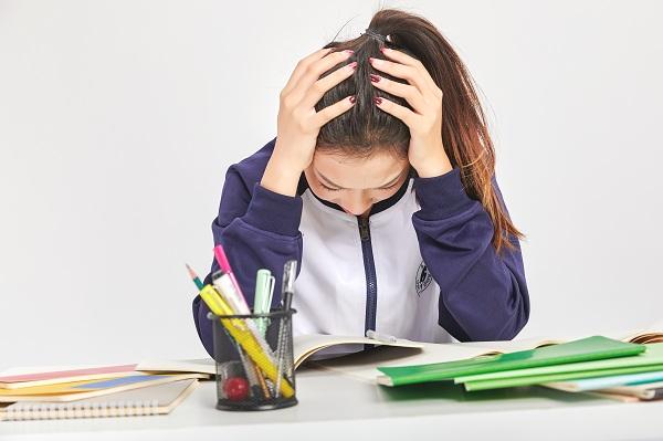 孩子考试成绩不好很沮丧,特别在乎输赢该怎么办?