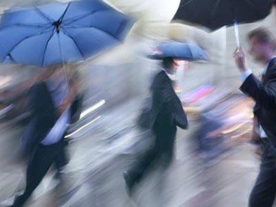 下雨的时候,人是站着淋的雨多,还是在走路跑步淋的雨多呢?