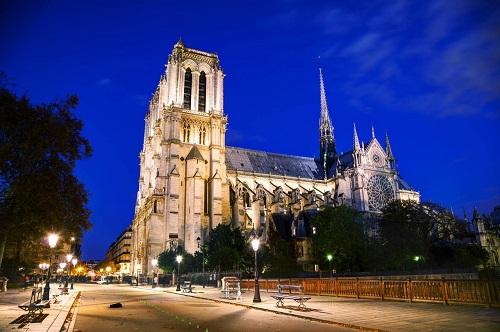 作者通过《巴黎圣母院》最想表达的是什么?从文中能看到爱吗?