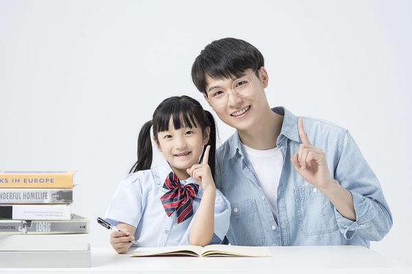 孩子作业太多,晚上总是写到很晚,家长帮助孩子是对是错呢?