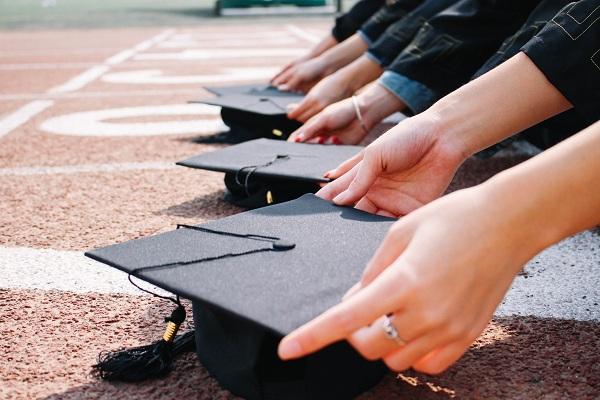 文科生去华东政法大学和211的海南大学,哪个比较好就业?