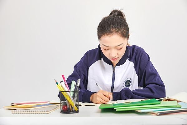 很多初中生不愿意写作业或者乱写,作为老师该如何处理?