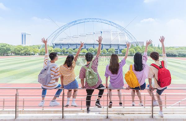 为什么八年级时,孩子的学习成绩比较容易下滑?如何应对这种现象?
