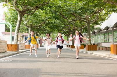 一年級孩子應該自己帶,還是送去托管班,哪一種更好?